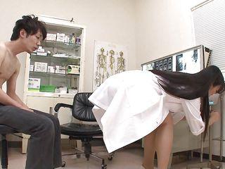 Секс втроем на приеме у врача